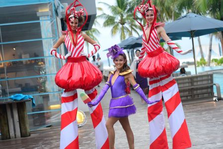 girls stiltwalkers