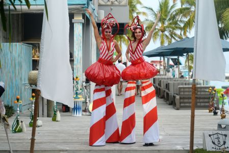 maldives stiltwalking girls